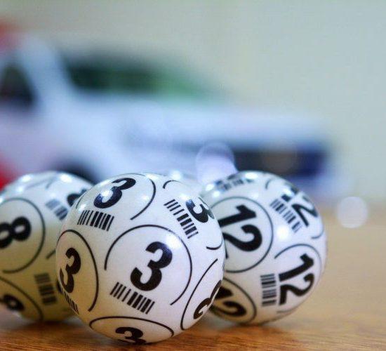 Valkoiset pallot, joissa kenonumerot
