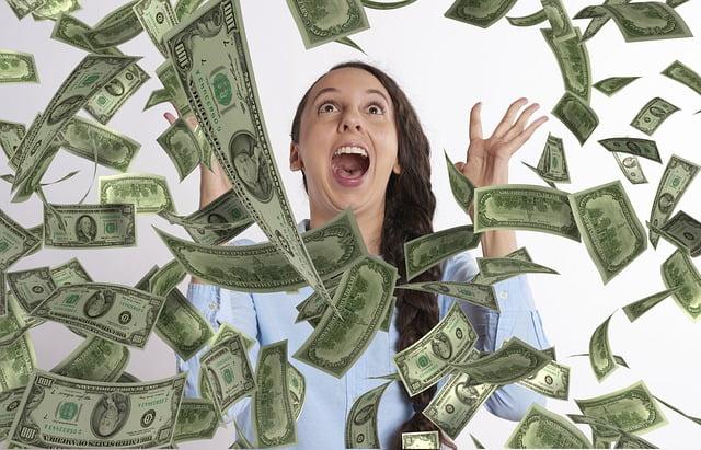 Nainen on iloinen koska seteleitä sataa